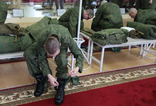 Выдача военной формы призывникам