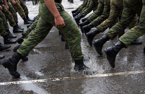 Солдаты маршируют по лужам