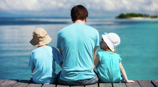 Папа с двумя детьми