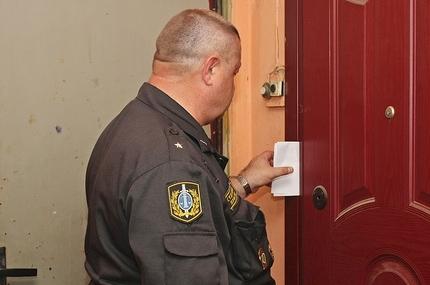 Вручение повестки в военкомат