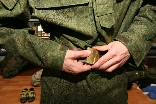 Призывник одевает военную форму