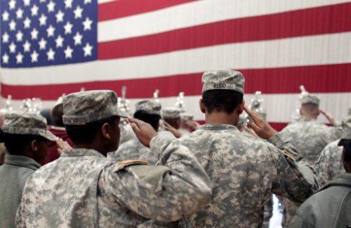 Американские солдаты отдают честь