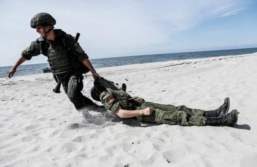 Солдат тащит другого