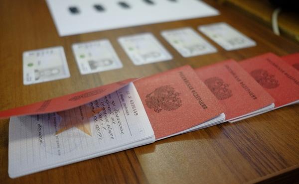 Военные билеты на столе