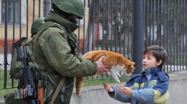 Солдат, ребенок и кот