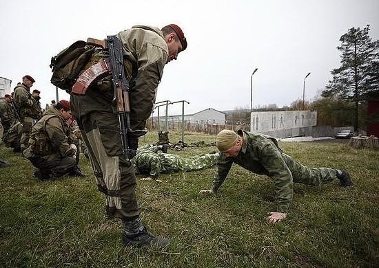 Солдат выполняет отжимания