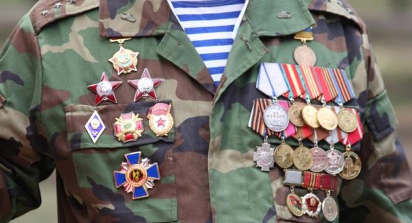 Награды на груди у солдата