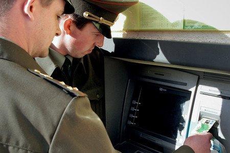 Офицеры снимают деньги в банкомате