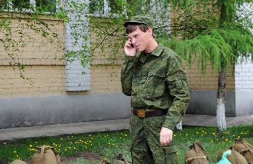 Солдат разговаривает по телефону