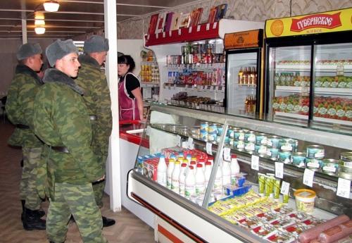 Солдаты у прилавка магазина