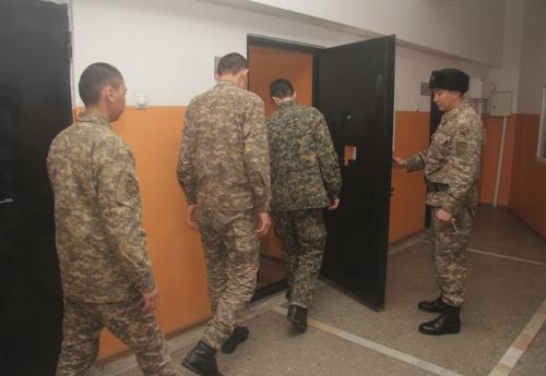 zhenshini-laskayut-kamera-v-armii-tualeta-devushkami-vezde