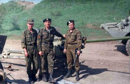 Солдаты вместе с техникой