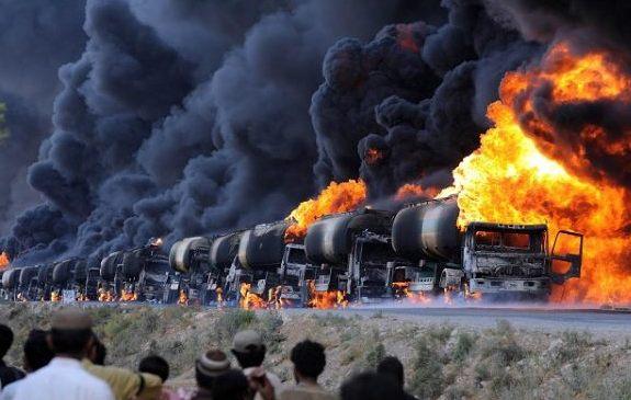 Горят грузовики с нефтью