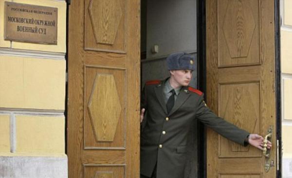 Солдат закрывает дверь суда