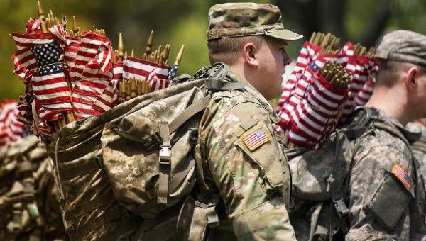 Американские солдаты с флагами своей страны