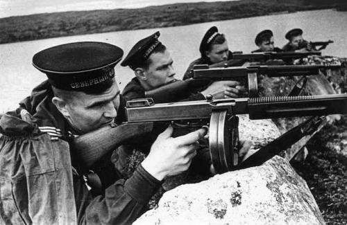 Вооруженные автоматами солдаты