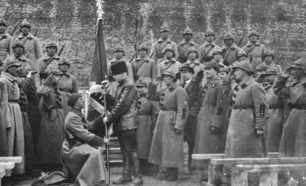Солдат РККА принимает присягу