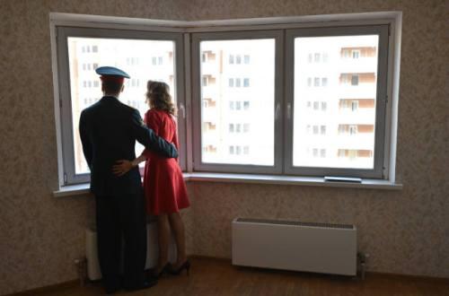 Военная семья у большого окна