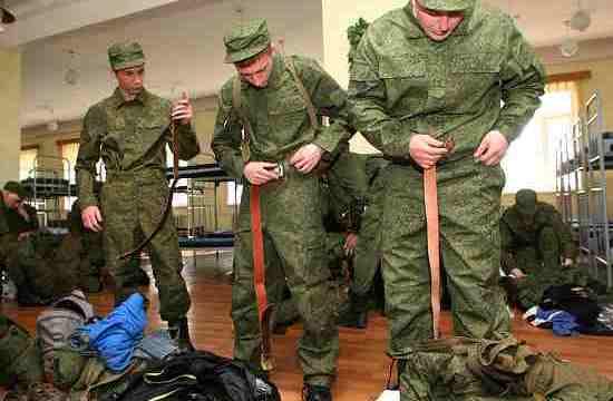 Солдаты надевают форму