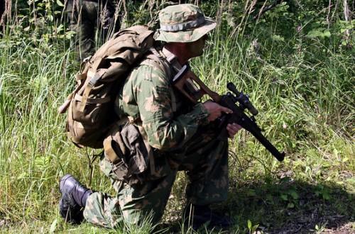 Военный с рюкзаком за спиной