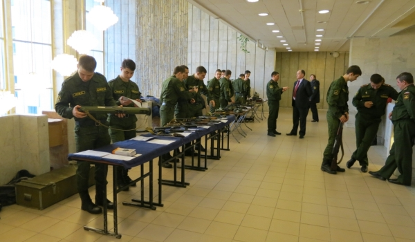 Студенты рассматривают оружие