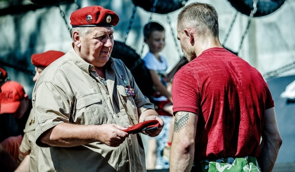 Сергей Лысюк вручает элитный знак отличия