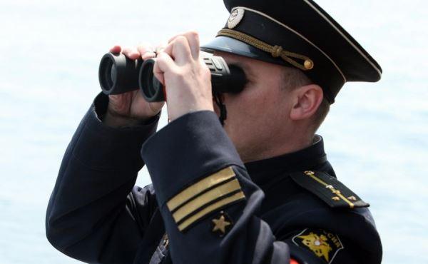 Командир смотрит в бинокль